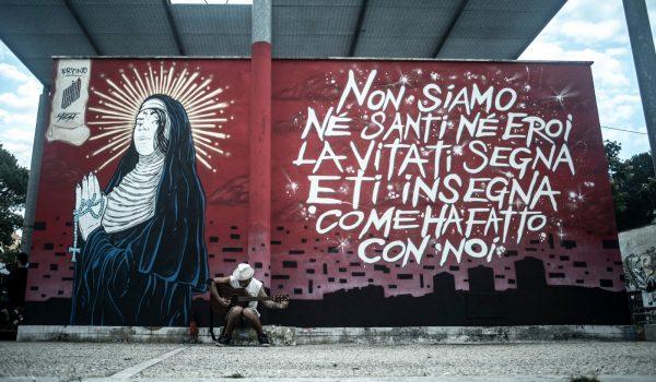 Ne Santi ne Eroi: l'arte parla dai muri del Cubo Libro